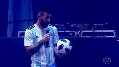 Bola oficial da Copa do Mundo é apresentada com presença de craques - Bola oficial da Copa do Mundo é apresentada com presença de craques