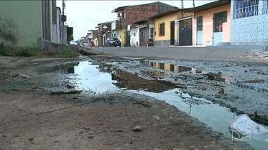 Moradores denunciam contaminação da água em bairro em São Luís - Segundo eles, desde que foi concluído o serviço na tubulação de esgoto, a água chega às torneiras das casas suja e com mau cheiro.