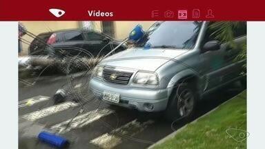 Dois postem caem e um deles atinge carro, em Vila Velha, ESA - Equipes da EDP estiveram no bairro Cristóvão Colombo e efetuaram a substituição de dois postes e a recomposição da rede elétrica afetada.