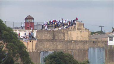 Negociação com presos rebelados em Cascavel é suspensa pela polícia - A polícia informou que suspendeu o abastecimento de água, eletricidade e alimentação na PEC.