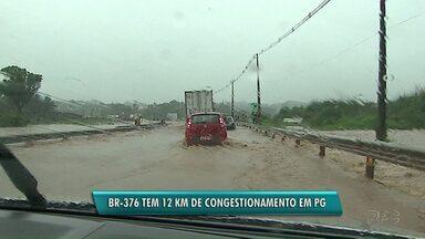 Arroio da Ronda transborda mais uma vez e filas passam de 12 quilômetros na BR-376 - Chuva forte do meio da tarde desta sexta-feira (10) alagou as pistas da rodovia no trecho que passa pela vila Santa Terezinha, em Ponta Grossa.