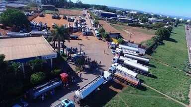 Protesto contra alta dos preços continua a bloquear distribuidora de combustíveis - Situação já afeta postos na Grande Goiânia.