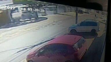 Ladrões levam dois carros de uma mesma família em menos de 24 horas - Imagens de câmera de segurança mostram dois homens passando a pé pela QNG 42. Pouco tempo depois, segundo moradores, assaltaram uma mulher a mão armada.