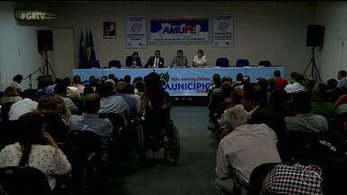 Prefeitos de 100 cidades do interior de PE se reuniram em Recife - Eles falaram sobre a seca, demissão de funcionários, falta de dinheiro, entre outros assuntos
