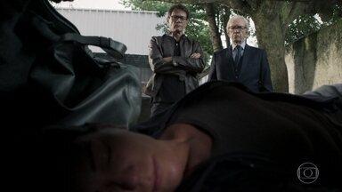 Natanael sequestra Elizabeth - O advogado ordena aos seus seguranças que sumam com ela de vez