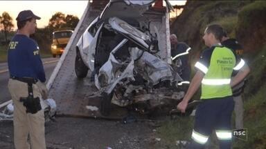 Dois morrem em batida entre carro e caminhão na BR-116 em Capão Alto - Dois morrem em batida entre carro e caminhão na BR-116 em Capão Alto