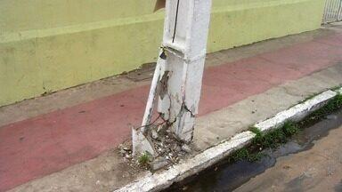 Poste quebra e causa risco de acidentes no Crato - Moradores reclamam da situação de um poste que está torno no meio de uma rua.