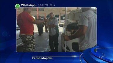 Cobra é resgatada de suspensão de carro em posto de combustíveis - Uma cobra foi resgatada da suspensão de um carro, em um posto de combustíveis de Fernandópolis (SP), na terça-feira (14).