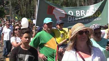 Integrantes de várias igrejas participam de Marcha da Família em Londrina - Os fiéis se reuniram no centro da cidade e caminharam até o aterro do Lago Igapó. Eles protestam contra a ideologia de gênero.