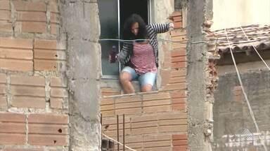 Mulher pula de janela do primeiro andar para fugir do ex-marido que a fez refém em casa - Homem trancou e ameaçou a ex-esposa e as duas filhas durante todo o dia, por não aceitar o fim do relacionamento.