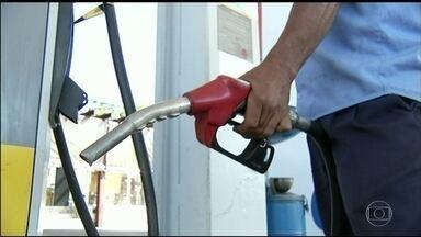 Protesto contra preço do combustível provoca desabastecimento em Goiás - Manifestantes bloqueiam as distribuidoras do estado. Goiânia tem a gasolina mais cara entre as capitais do país.