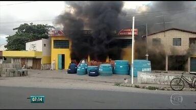 Incêndio atinge armazém de construção em Itamaracá - Corpo de Bombeiros enviou cinco viaturas para controlar o fogo no estabelecimento localizado no bairro do Pilar.