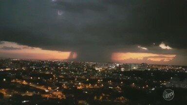Moradores registram forte chuva que atingiu Campinas na noite de quarta-feira - Chegou a chover granizo em alguns pontos da cidade.