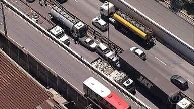 Acidente envolvendo mais de 10 veículos deixa o trânsito lento em Contagem - Batida aconteceu na manhã desta quinta na Avenida Cardeal Eugênio Paccelli.