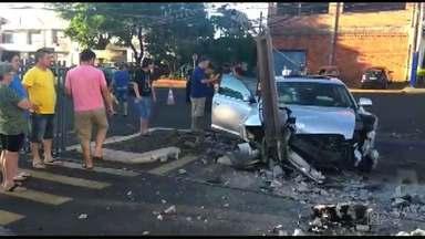 Carros se envolvem em acidente na avenida República Argentina - Com o impacto da batida, um dos carros acertou violentamente o poste que fica na entrada de um supermercado.