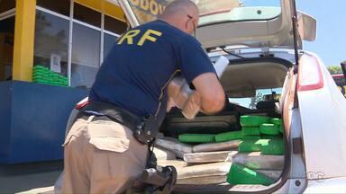 Polícia Rodoviária Federal apreende carros carregados com cigarros e maconha - Os veículos, que são roubados, foram abandonados em uma estrada rural, em São Miguel do Iguaçu.