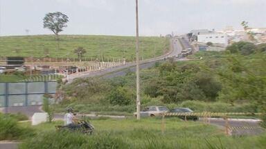 Caminhões e pista escorregadia podem ser a causa de acidentes em avenida de Varginha (MG) - Caminhões e pista escorregadia podem ser a causa de acidentes em avenida de Varginha (MG)