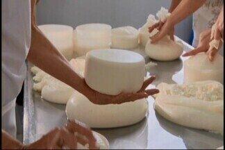 Produtor de São Roque de Minas faz sucesso com comercialização de queijos - Conheça a história de Ivair Oliveira, que realizou o sonho de poder comercializar os produtos da pequena fazenda da família.