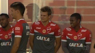 Alemão diz que Vila Nova tem que fazer sua parte até o fim da Série B - Clube tem chances remotas de acesso, mas zagueiro destaca importância de equipe vencer as duas partidas restantes.