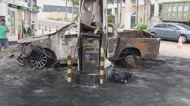 Carro é destruído por fogo após bater em bomba de posto de combustíveis em Manaus - Chamas foram contidas por uma equipe do Corpo de Bombeiros. Motorista seguiu para delegacia.