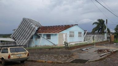 Ventania destelha residências e bloqueia trânsito no Norte do Rio Grande do Sul - Marau e Soledade foram cidades bastante atingidas pela chuva.