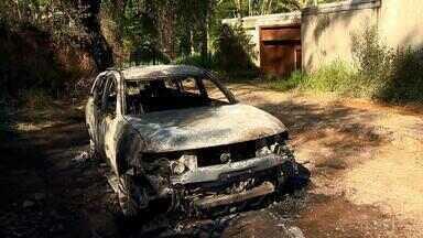 Corpos carbonizados são encontrados em porta-malas de carro em Juiz de Fora - Três pessoas estavam mortas na zona rural da cidade; nenhuma delas foi identificada. Caso será investigado pelas polícias Civil e Militar.
