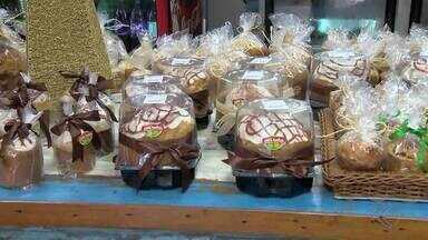 Estabelecimentos intensificam produção de panetones em Juiz de Fora - Donos de padarias se planejam para crescimento da procura por produto no fim de ano. Criatividade é trunfo para atrair consumidores.