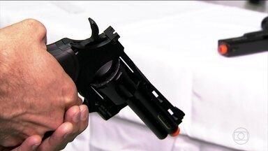 Polícia registra 201 crimes com armas de brinquedo em São Paulo este ano - Muitas não têm a ponta colorida que as diferencia das armas de verdade. Lojas só podem vender armas de pressão com autorização do Exército.
