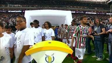 Campanha incentiva adoção tardia de crianças e adolescentes - Jovens que esperam por famílias adotivas entraram em campo com os jogadores do Corinthians para chamar a atenção para o projeto