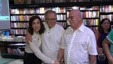 """Fernanda Torres lança novo romance - """"A Glória e o seu cortejo de horrores"""" fala sobre um ator de meia idade que enfrenta dificuldades na carreira no teatro."""