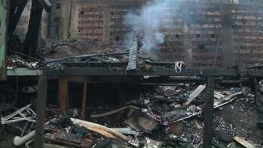 Incêndio destrói casas no Parolim, em Curitiba - Pelo menos 50 pessoas ficaram desabrigadas