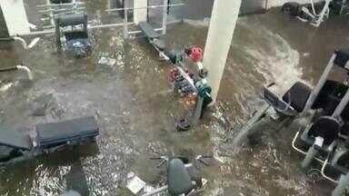 Durante temporal, água quebra parede e invade academia em Santo Ângelo - Casas também foram destelhadas com a chuvarada.