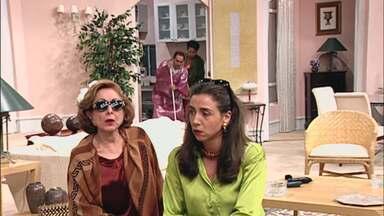 """Sai de Baixo - Separação de bens - Vavá e Cassandra discutem e decidem dividir o apartamento em 2, começando a guerra do episódio """"Separação de bens""""."""