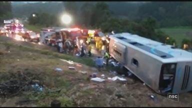 Ônibus com jovens tomba na BR-470 em Pouso Redondo e deixa mais de 30 feridos - Ônibus com jovens tomba na BR-470 em Pouso Redondo e deixa mais de 30 feridos