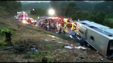 Acidente deixa 30 feridos em Santa Catarina - As vítimas tinham saído de Marmeleiro e o destino era um parque aquático de Santa Catarina.