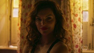 Leandra entrega parte do lucro para sócio misterioso - Ela o convida para ficar mais um pouco. Depois, se recusa a entrar em detalhes com Zildete