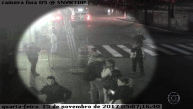 Imagens de câmeras de segurança confirmam a história de rapaz que se diz vítima de racismo - As imagens mostram que os seguranças de um terminal de ônibus em São Paulo não ajudaram o ator Diogo Cintra, que é negro, quando ele apanhava de assaltantes, na sua maioria, brancos, em uma tentativa de assalto na madrugada do último dia 15.