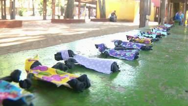 Ação no Dia da Consciência Negra distribui bonecas de pano em Foz do Iguaçu - Foram 1,2 mil bonecas espalhadas pelos bancos do Terminal de Transporte Urbano da cidade.