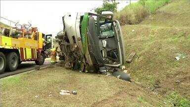 Acidente com ônibus deixa três mortos na Via Dutra, em Paracambi, RJ - Outras 33 pessoas ficaram feridas. Veículo vinha de Duque de Caxias, na Baixada Fluminense.