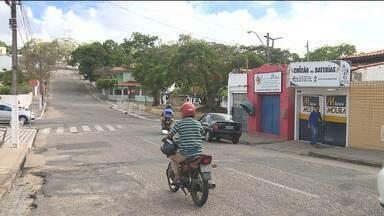 Bandidos tentaram arrombar uma oficina de carros no Centro de Campina Grande - Os assaltantes tentaram entrar na oficina dando marcha ré num carro.