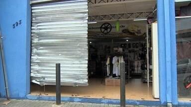 Criminosos arrombam porta de loja com marreta em São José - Eles furtaram os produtos e levaram na caçamba de uma caminhonete.