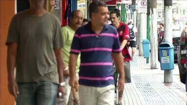 Lojas do Sul do RJ abrem durante feriado prolongado para tentar aumentar faturamento - Equipes de reportagem do RJTV foram às ruas conferir o movimento em Barra Mansa e em Resende.