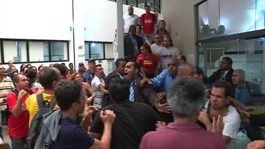 Câmara de BH aprova emendas criticadas por servidores e PL de reajuste - Votação gerou protestos e confusão na casa