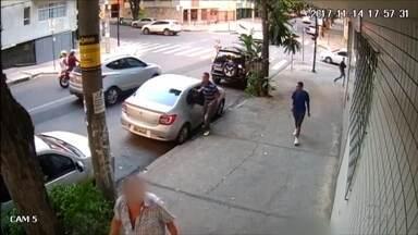 Câmeras flagram homem arrombando carro e roubando bolsa em BH - Crime aconteceu no bairro Santo Agostinho, na Região Centro-Sul