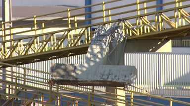 Caminhão derruba parte de uma passarela na região de Maringá - O veículo estava com a caçamba levantada. O acidente aconteceu por volta da meia-noite de ontem (19) na BR-376, em Marialva.