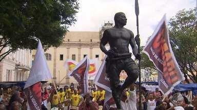 Dia da Consciência Negra é comemorado com caminhadas, exposições e música em Salvador - A primeira homenagem foi ao símbolo da resistência: a estátua de Zumbi dos Palmares foi lavada por integrantes do movimento negro.