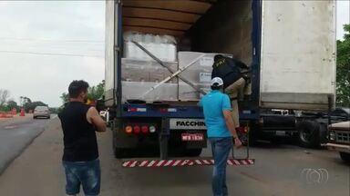 Caminhão é flagrado transportando agrotóxicos irregulares na BR-153 - Caminhão é flagrado transportando agrotóxicos irregulares na BR-153