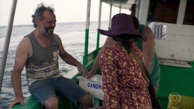 Duda acompanha a pescaria de Tenório no barco novo - Ela ouve a sirene do hospício