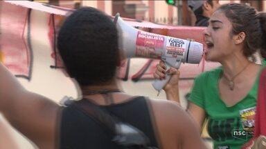 Manifestantes fazem marcha contra o racismo em Florianópolis - Manifestantes fazem marcha contra o racismo em Florianópolis