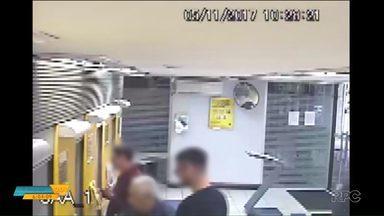 Polícia prende cinco pessoas acusadas de aplicar golpes em idosos - Eles ofereciam ajuda em bancos e trocavam o cartão por outro falso.